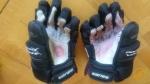 Foto von den Handschuhen mit der Aufschrift, Nippon ganbare.